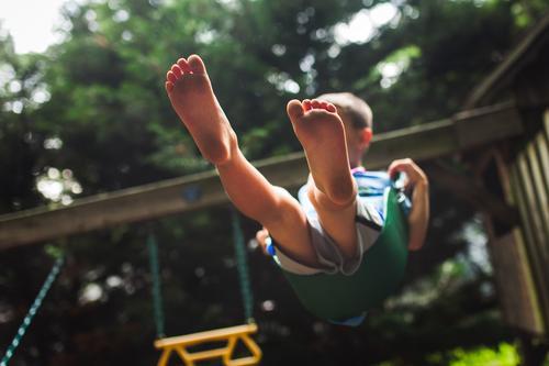 Kind Mensch Baum Freude Junge Spielen Fuß Körper frei Kindheit Fröhlichkeit Barfuß Zehen schaukeln 3-8 Jahre