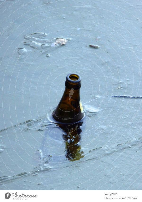 Rest vom Winterfest... Getränk Bier Feste & Feiern Silvester u. Neujahr Eis Frost Seeufer Flussufer Teich frieren stehen Einsamkeit kalt Sucht