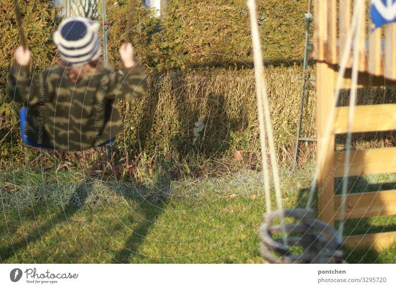 Kind schaukelt im Garten. Kinderspiel. Freiheit. Ausgangssperre Mensch maskulin feminin Kleinkind Mädchen Junge Kindheit 1 3-8 Jahre schaukeln Spielen blond