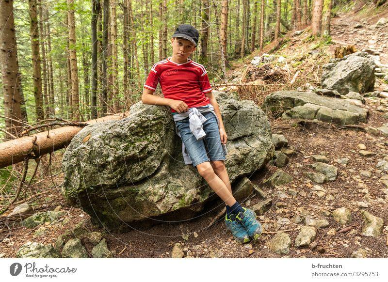 Kind an einem Stein lehnend Leben Wohlgefühl ruhig Freizeit & Hobby Spielen Ferien & Urlaub & Reisen Ausflug Abenteuer Sommer Berge u. Gebirge wandern Junge 1