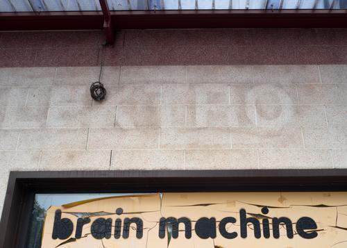 Brain Machine Handel Elektronik lost places Ladengeschäft Schaufenster Beschriftung Werbeschild Wort Typographie Englisch retro trist Design Ende innovativ