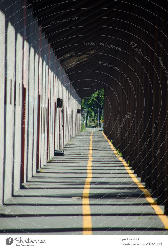 Leitlinie Gebäude Durchgang Säule Wege & Pfade Fahrradweg Umleitung Linie Wegweiser lang Ordnungsliebe Ferne Symmetrie uneben Lichteinfall Begrenzung