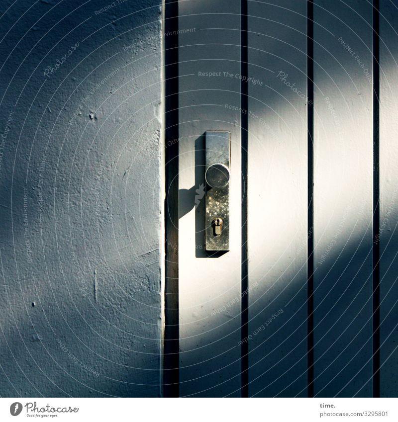 Entrees (XV) Mauer Wand Tür Türschloss Türknauf Stein Holz Linie Streifen dunkel einfach Wärme Sicherheit Schutz Gelassenheit geduldig ruhig Leben Neugier