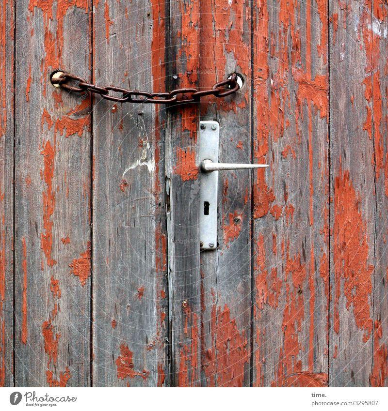 Entrees (VIII) Lagerschuppen Scheune Kette Rost Griff Mauer Wand Lack abblättern geschlossen Holz Metall Linie Streifen braun orange silber Verschwiegenheit