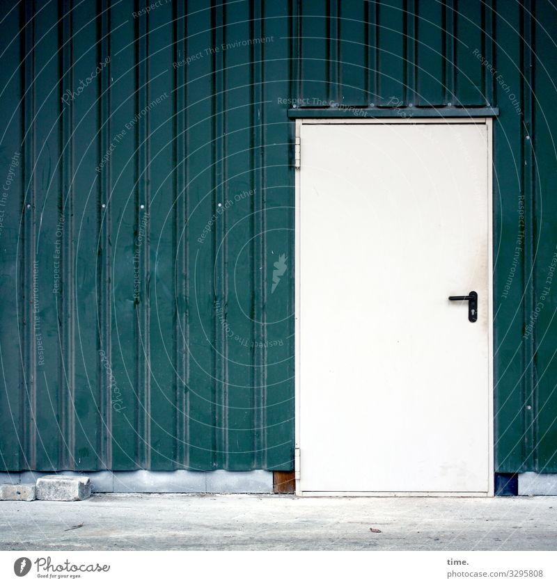 Entrees (XIV) Platz Bauernhof Scheune Lagerhalle Wellblechwand Mauer Wand Tür Beton Metall Linie Streifen einfach fest grün weiß Ausdauer standhaft