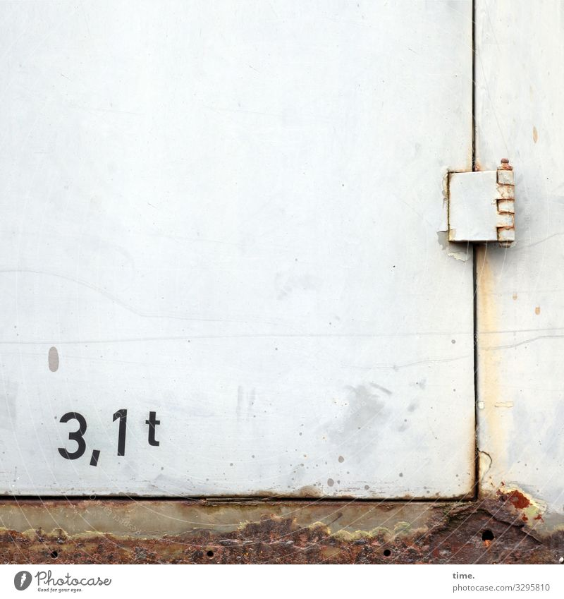 Entrees (XIX) Stadt Wand Mauer hell Metall Tür Schriftzeichen Kommunizieren trist Schilder & Markierungen Perspektive kaputt Wandel & Veränderung Zeichen