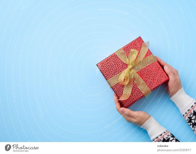 Frauenhand hält eine rote Box Dekoration & Verzierung Feste & Feiern Valentinstag Weihnachten & Advent Silvester u. Neujahr Hochzeit Geburtstag Erwachsene Hand