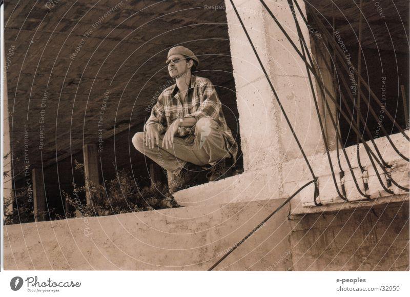 Me Mensch Mann Erwachsene Gebäude Traurigkeit Denken träumen Körper außergewöhnlich Beton ästhetisch Bekleidung Coolness beobachten Jeanshose Hut