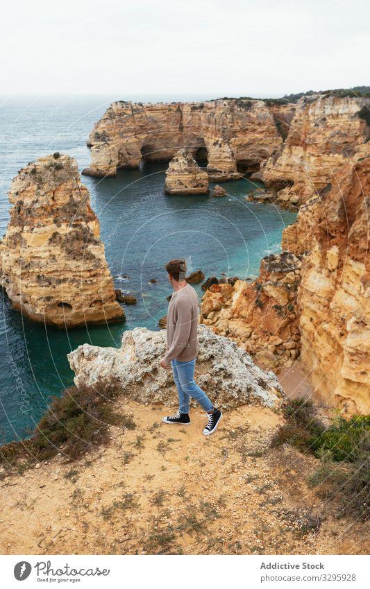 Unbekannter Mann auf Klippe in Meeresnähe MEER bewundern Natur reisen Felsen Landschaft Freiheit Portugal männlich Tourismus Ausflug Reise Fernweh Stein rau