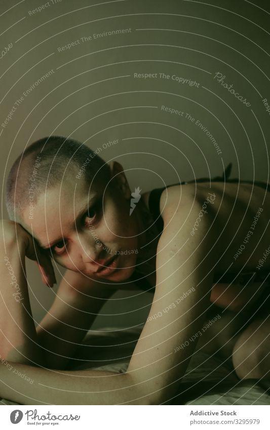 Sinnliche nackte Frau auf dem Bett liegend sinnlich Leidenschaft heiß erotisch sexuell provokant jung sexy Begierde geil erregte Verführung Körper Boudoir