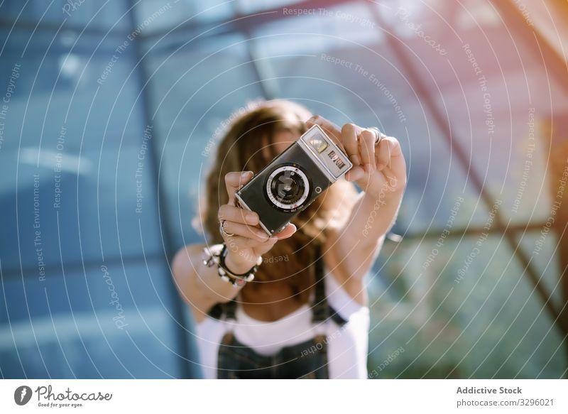 Frau, die mit der Kamera fotografiert fotografierend Fotoapparat jung analog Fotografie Halt tragbar Mini Aktivität einfangen Filmmaterial Linse optisch Fokus