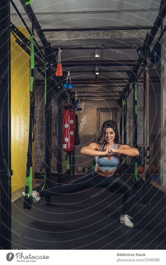 Frau, die Seile zieht und in der Turnhalle trainiert Fitnessstudio Training passen Übung Lifestyle ziehend strecken Sport Gesundheit Sportbekleidung sportlich