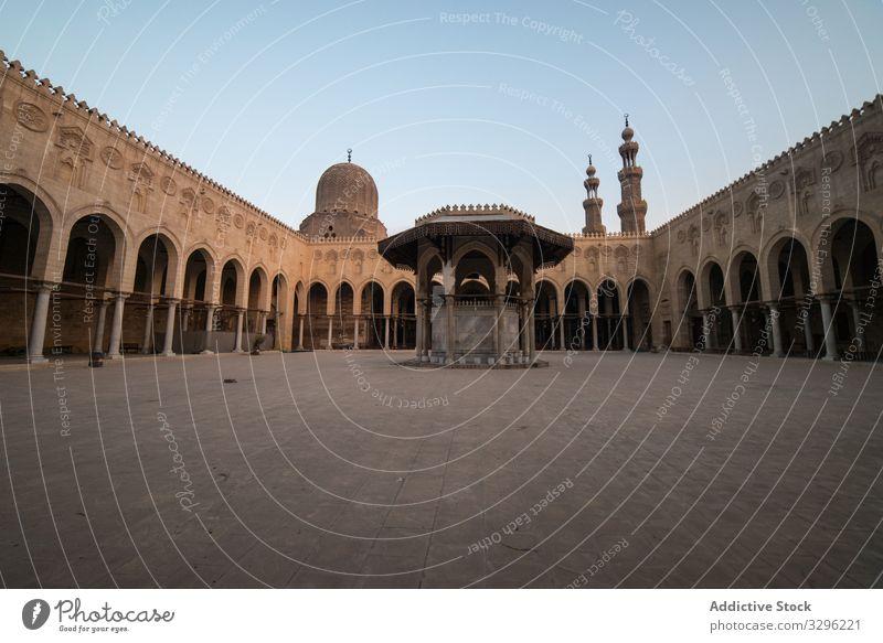 Quadratisches Zierdach einer antiken Moschee unter Sonnenlicht ornamental Dach sultan al-muayyadische moschee Minarett Großstadt Architektur muslimisch
