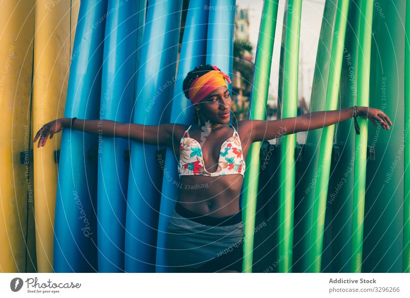 Afroamerikanische Frau steht neben Surfbrettern Strand stehen sich[Akk] entspannen positiv ruhig Stirnband Bikini farbenfroh MEER Meer genießen Windstille Stil