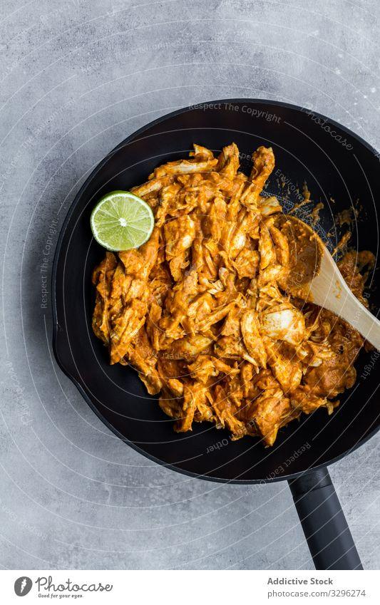 Köstliches Hühnercurry in schwarzer Pfanne Curry Hähnchen Kalk Mahlzeit Abendessen Lebensmittel Mittagessen heiß Inder Würzig Küche lecker Rezept Speise