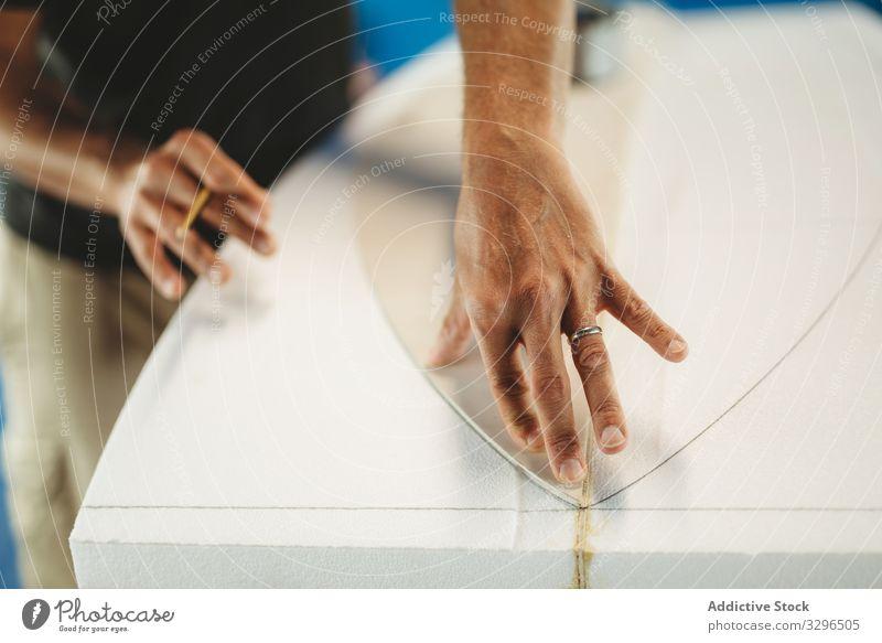 Handwerker, der Muster verwendet und Surfbretter herstellt Mann Meister Arbeit Kunstgewerbler messen kreisen zeichnen Bleistift Kleinunternehmen Schiffsplanken