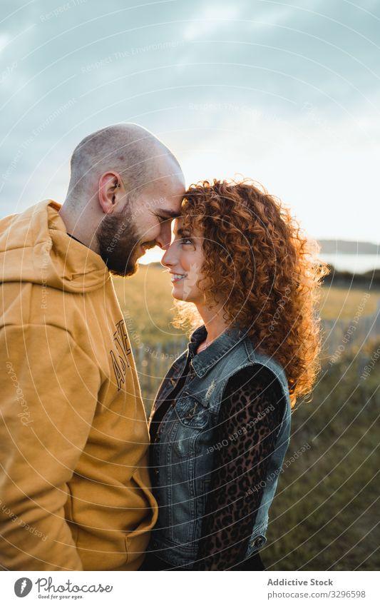Verliebtes Hipster-Paar im Feld stehend romantisch Umarmen Natur Glück jung Liebe Zusammensein Gras sitzen Umarmung kuscheln Romantik Partnerschaft Zärtlichkeit