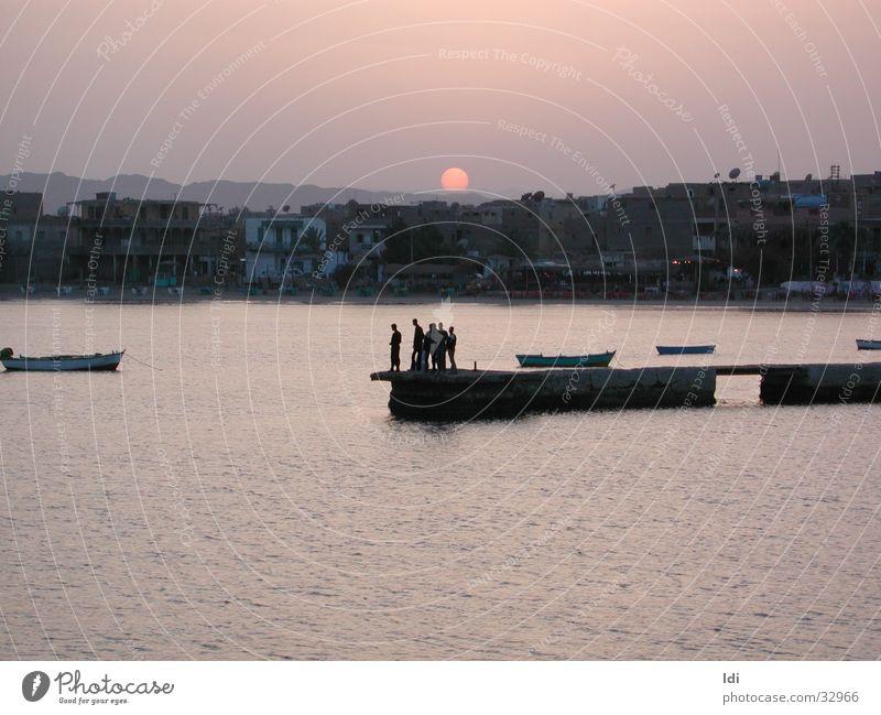 Sonnenuntergang im Hafen von El Quesier Meer Abenddämmerung Fischer Moral