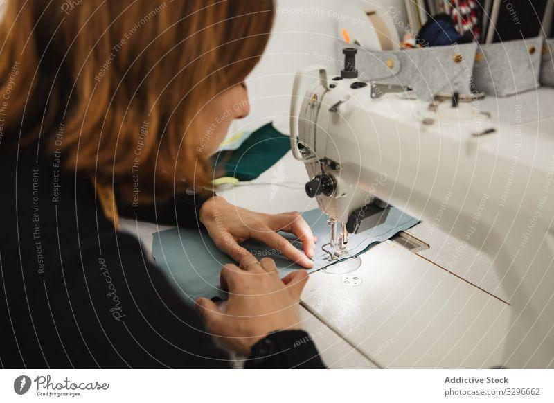Nähen mit der Nähmaschine in der Werkstatt Näherin Arbeit Frau nähen Gewebe Handwerk Beruf Material Bekleidung Maschine Erwachsener Schneider Scheitel Element