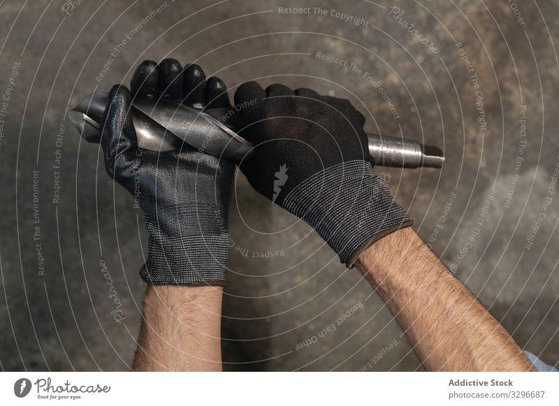 Schwingendes Arbeitsgerät für Erntehelfer Mann Werkzeug pendeln bohren Meissel Handschuh professionell Beruf Prozess männlich Kunsthandwerker Konstruktion