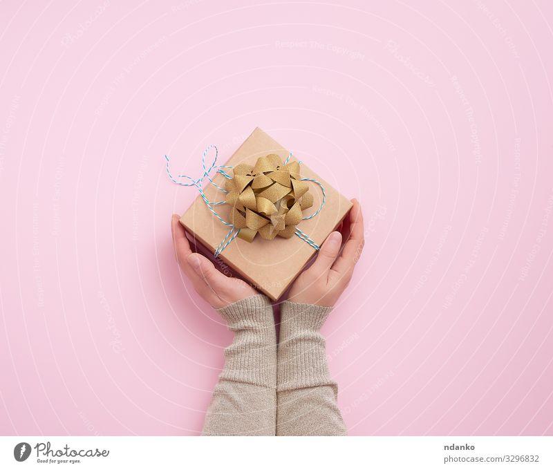 weibliche Hand hält eine quadratische Schachtel Design Körper Dekoration & Verzierung Feste & Feiern Valentinstag Weihnachten & Advent Silvester u. Neujahr