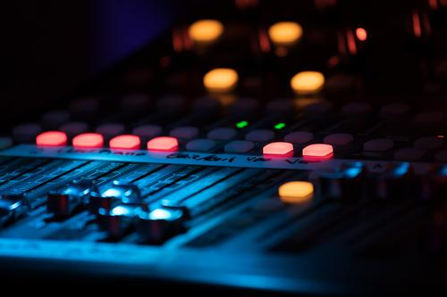 Professionelles Konzert-Sound-Mischpult mit Schiebern und Reglern Schreibtisch Entertainment Musik Technik & Technologie Musiker Medien Linie Kontrolle