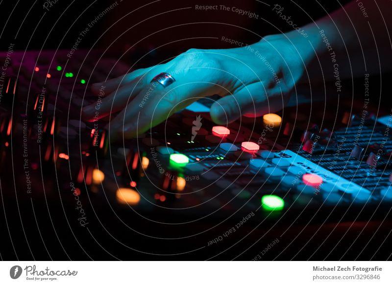 Hand Linie Musik Technik & Technologie Medien Gleichgewicht digital Konzert Kontrolle Kanal Knöpfe Entertainment Musiker Klang mischen elektronisch