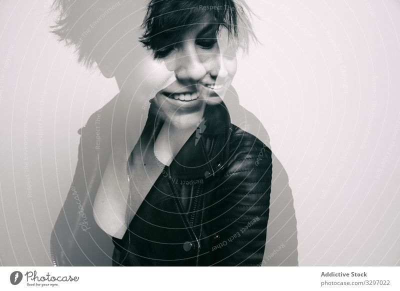 Starke junge Rockerin in Lederjacke im Studio Frau Model Schönheit Felsen Punk Atelier schwarz Frisur Porträt Biker Grunge Person modisch hart dunkel Metall