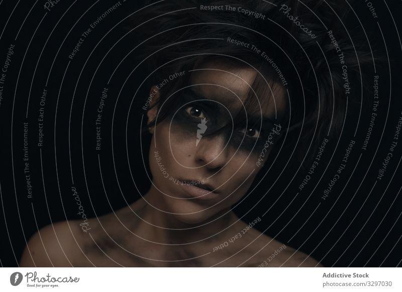 Nachdenkliche junge Frau mit Make-up im Studio Model ungekämmt attraktiv Gesicht Schönheit Person Porträt Haut Persönlichkeit Individualität Vorschein Stimmung