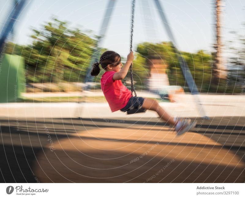 Mädchen auf Schaukel im Park pendeln Spaß Spielplatz sonnig tagsüber Wochenende Sommer Saison Kind lässig Aktivität Kindheit spielerisch Freude Lifestyle ruhen