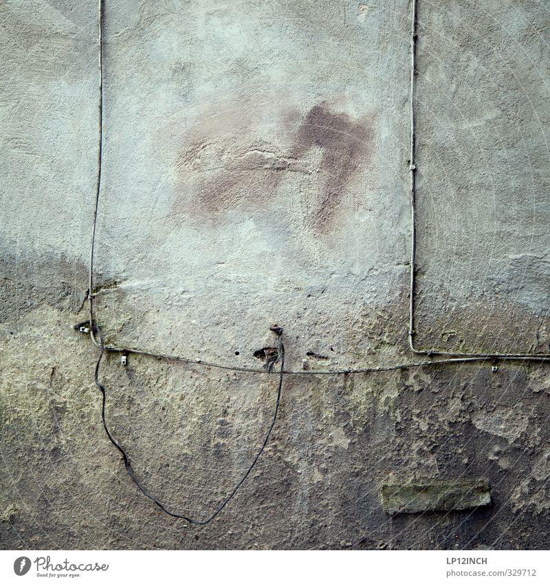 LG.WallArt. Kabel Technik & Technologie Haus Ruine Gebäude Mauer Wand Fassade Antenne dreckig dunkel retro Altbau verdrahtet Kabelfernsehen Leitung Farbfoto
