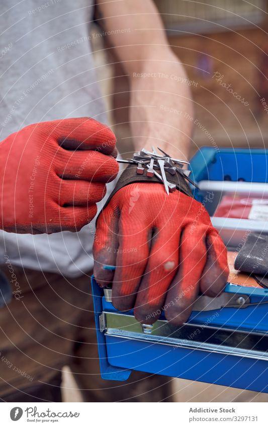 Hände mit roten Handschuhen beim Arbeiten dreckig Hausarbeit Hygiene Raumpfleger Haushalt Wasser spülen Pflicht Waschbecken jung Draufsicht Geschirrspülen Glas