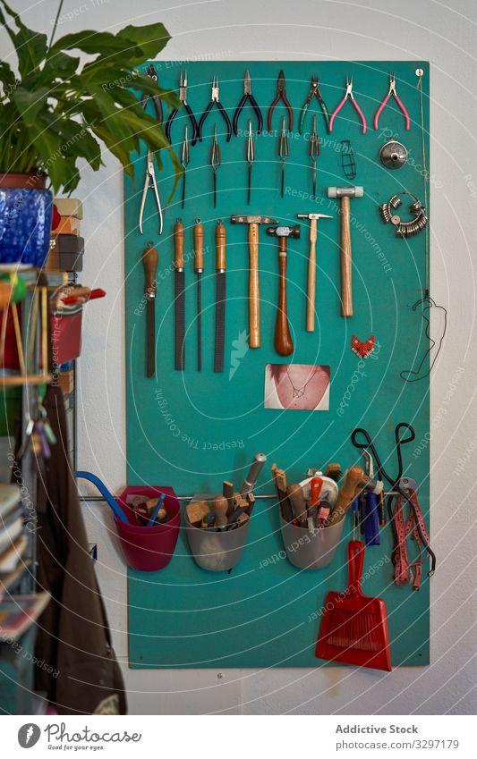 Grüne Tafel mit verschiedenen Werkzeugen angeordnet und aufgehängt Handwerk hölzern Nutzholz Tisch Gerät altehrwürdig Kulisse Holz Sammlung Werkstatt
