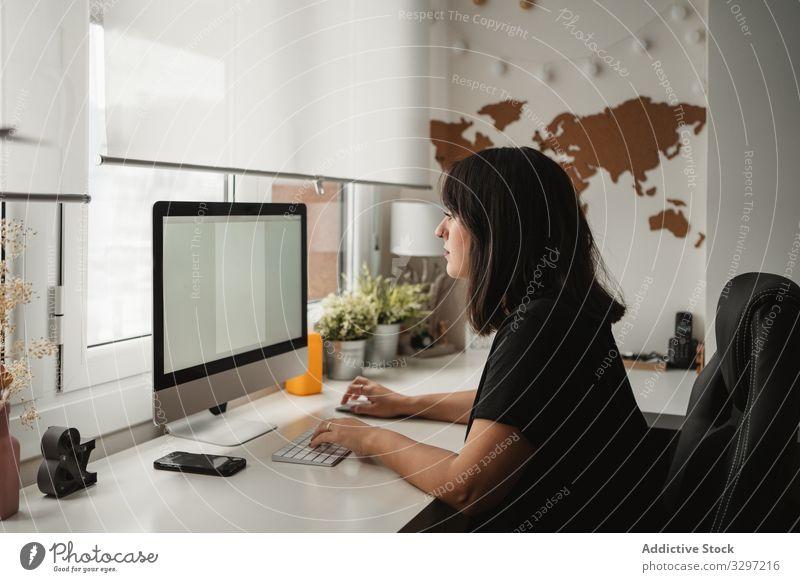 Fokussierte Geschäftsfrau mit Desktop-Computer im Büro benutzend Mitarbeiter Bildschirm Tippen Keyboard professionell beschäftigt Frau Mitteilung Anschluss