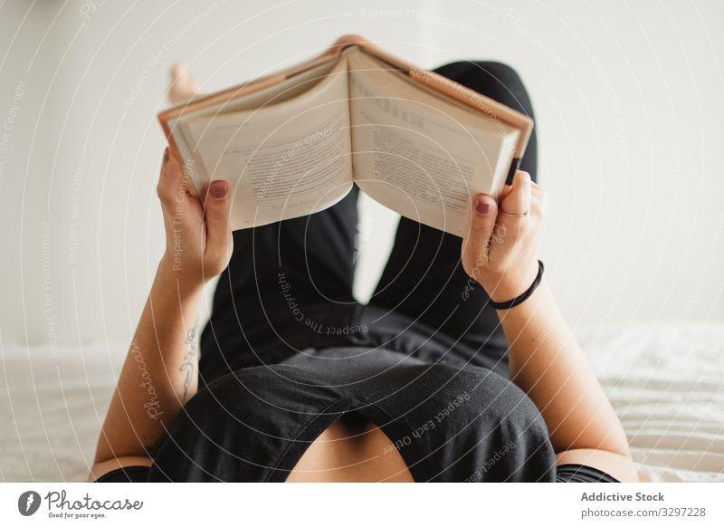 Nicht erkennbare Frau liest zu Hause im Bett ein Buch lesen genießen Zeitvertreib legen Roman Literatur bequem Bildung Erholung friedlich Wissen lernen ruhen