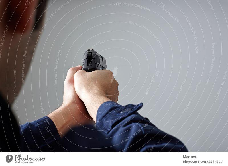 Die Hände des Polizisten zielen mit der Waffe. Mensch Mann Erwachsene weiß Sicherheit Geborgenheit Polizei Pistole Schutzmann Verteidigung Verbrechen Offiziere