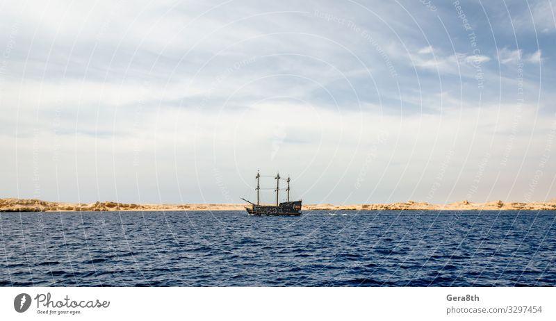 schwarze Yacht in der Nähe des felsigen Ufers des Roten Meeres exotisch Ferien & Urlaub & Reisen Tourismus Ausflug Kreuzfahrt Sommer Insel Natur Landschaft Sand