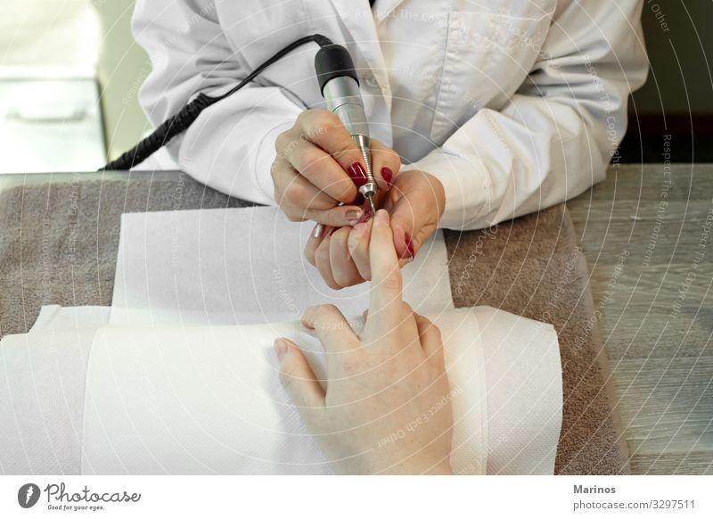 Fingernagelpflege. schön Maniküre Behandlung Spa Mensch Frau Erwachsene Hand rot Farbe nageln Pflege Salon Trimmen Beautyfotografie Nägel polnisch Kosmetikerin