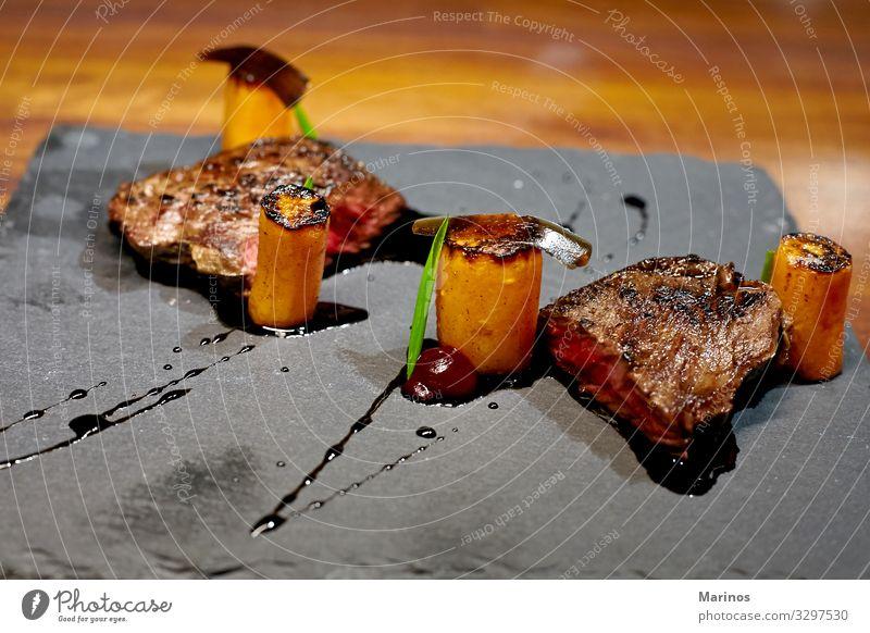 Kalbfleisch-Rib-Eye mit Gemüse und Soßensoße. Fleisch Mittagessen Abendessen Teller Restaurant saftig rot Steak grillen Lebensmittel organisch kochen & garen
