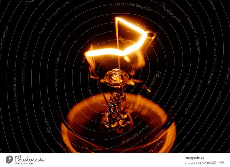 """Glühbirne Glühdraht Licht glühen Lichtschein Lichtspiel hell """"Nahaufnahme Glasfaden Makroschuß Glühlampenfaden schwarzer Hintergrund Glühlampenspirale dunkel"""