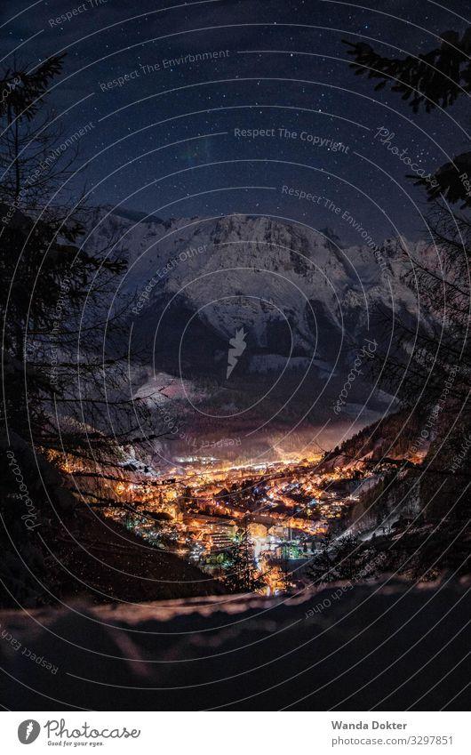 Little City in the Austrian Alps in Winter Tourismus Ausflug Abenteuer Schnee Winterurlaub Berge u. Gebirge wandern Landschaft Nachthimmel Stern Alpen