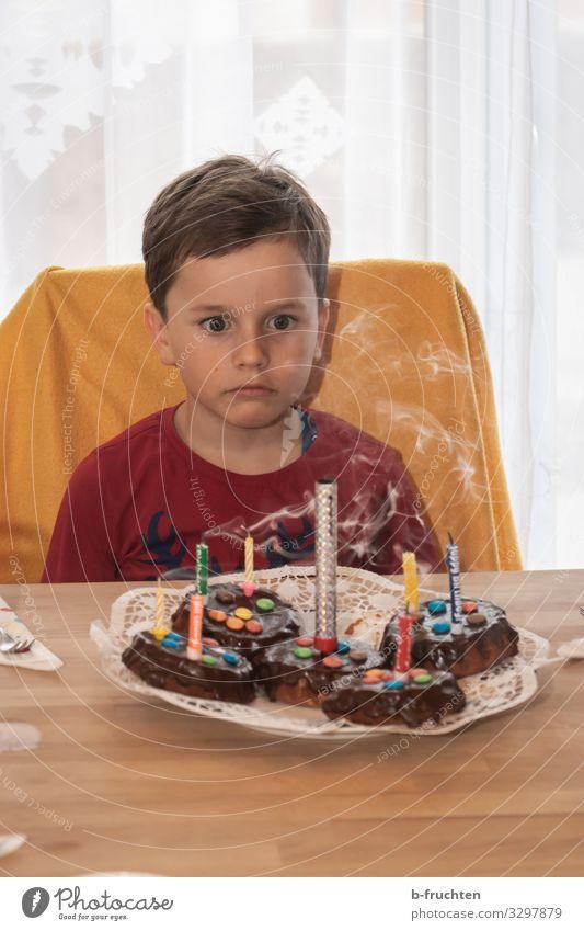 Kindergeburtstag Lebensmittel Kuchen Dessert Süßwaren Schokolade Essen Party Feste & Feiern Geburtstag Schulkind Gesicht 1 Mensch Kerze Zeichen Blick