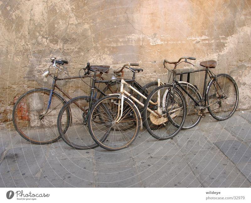 Fahrraeder Fahrrad Schrott vergessen Zeit Verkehr alt parken Vergang