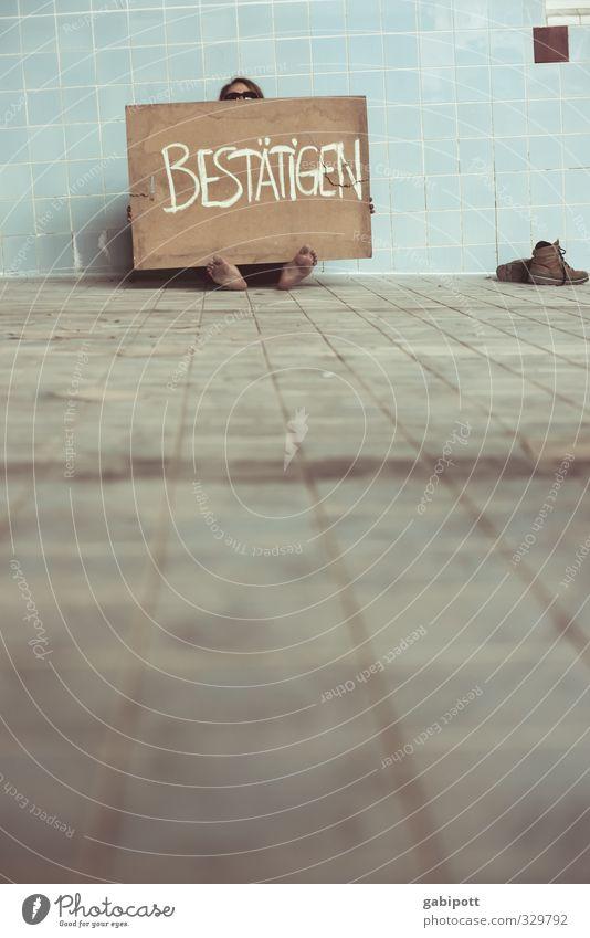 danke!!! Mensch blau Leben Fuß Schuhe dreckig sitzen Armut Schilder & Markierungen Fröhlichkeit Fliesen u. Kacheln Krise protestieren Schwimmhalle bestätigen Fluchtlinie