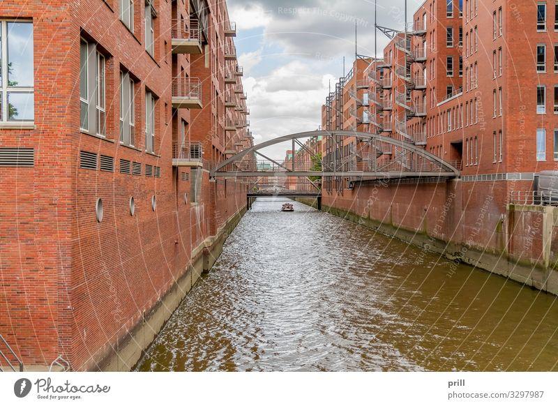 Speicherstadt in Hamburg Kultur Wasser Küste Brücke Bauwerk Gebäude Architektur Mauer Wand Fassade Wasserfahrzeug Backstein alt historisch rot Tradition