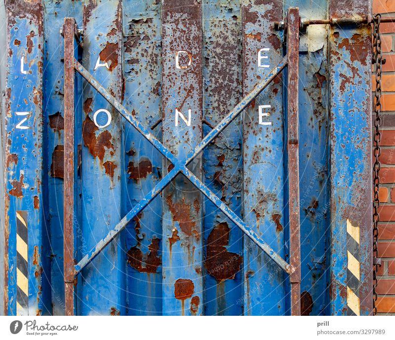 rundown metallic platform Gastronomie Metall Stahl Rost alt dreckig blau Plattform verwittert Oxidation Kneipe bemalt ladezone Hamburg Alte Speicherstadt