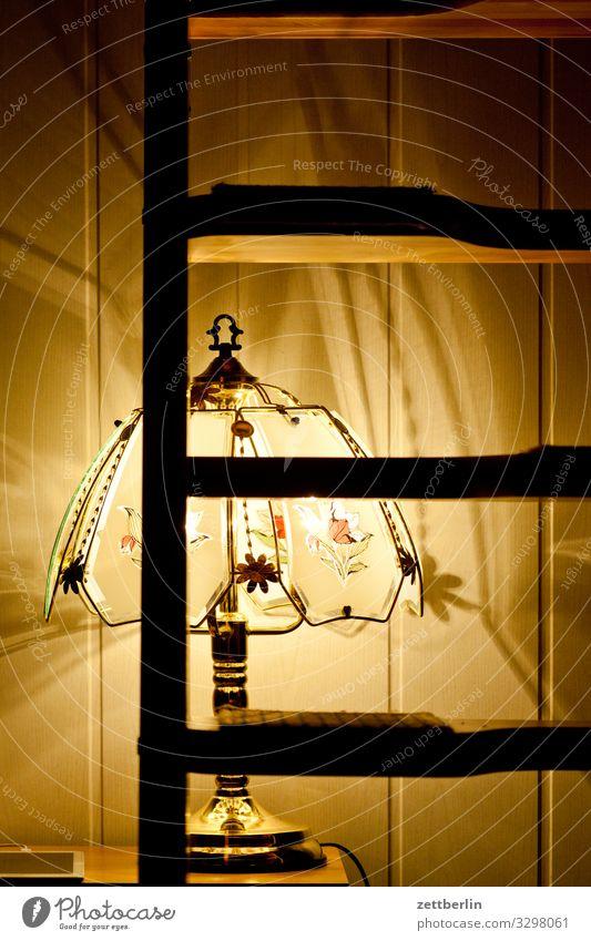 Leselampe Lampe Licht Beleuchtung leuchten Stehlampe Ferienwohnung Wohnung Innenaufnahme Abend dunkel Funzel Kitsch Tiffanylampe Leiter Holz Balken Holzbrett