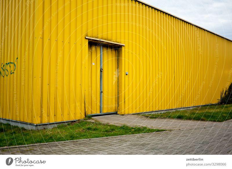 Gelbe Halle Lagerhalle Wellblech Blechdach Wellblechhütte Wellblechwand Tür Tor Eingang Ausgang Güterverkehr & Logistik Schuppen Lagerschuppen Garage