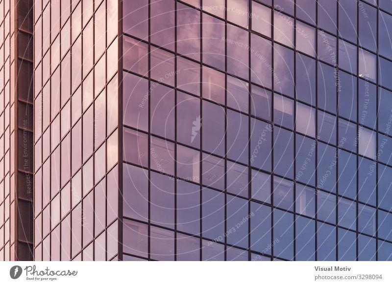 Das Nachmittagslicht spiegelt sich auf der Glasfassade eines Bürogebäudes Stadt Bauwerk Gebäude Architektur Fenster Metall Stahl Kristalle authentisch