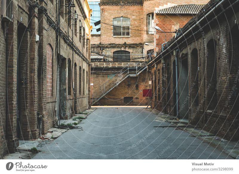Frontperspektive der Gasse einer alten Textilfabrik Hauptstadt Industriebetrieb Fabrik Bauwerk Gebäude Architektur Wege & Pfade Beton Glas Metall Stahl Baustein